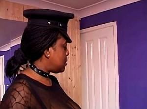 Slaaf bruut getrained door zwarte meesteres