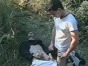 Schandknaap krijgt enorme neukpeuk tegen zijn huig geramd