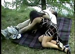 Vader dwingt dochter zijn grote piel te pijpen tijdens boswandeling