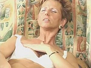 75 jarige snol vingert haar neukgrot