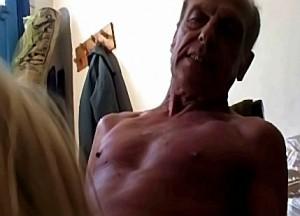 Opa dwingt zijn lieve kleindochter zijn kloppende leuter te pijpen