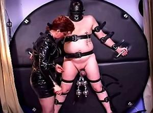 Pijn slaaf zijn ballen gepijnigd door goddess
